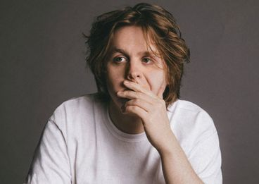 "Uff! LEWIS CAPALDI covert Noel Gallagher in neuem YouTube-Format ""The Birthday Song"""